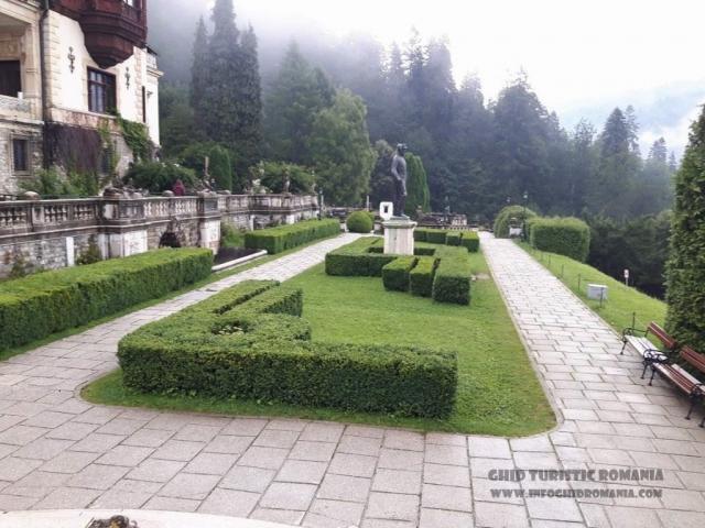 Platoul din fata Castelului Peles